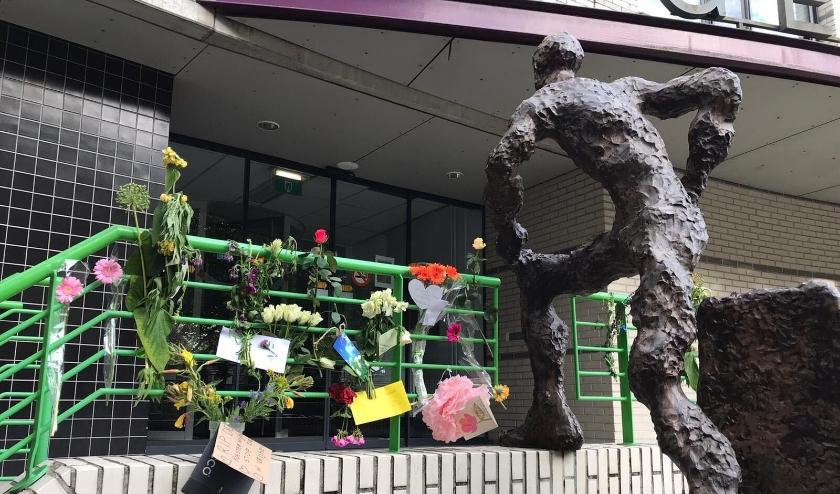 Bloemen bij de ingang van het gemeentehuis in Heiloo.
