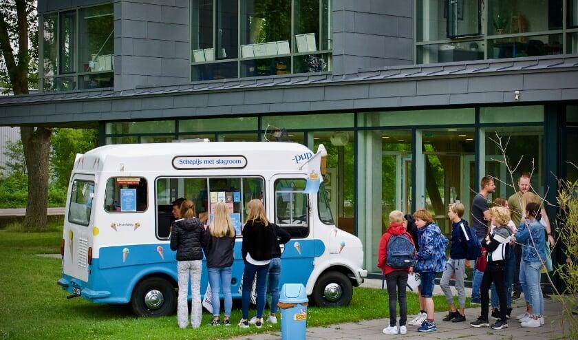 Tweedeklassers halen een ijsje bij IJsExpressHeiloo.
