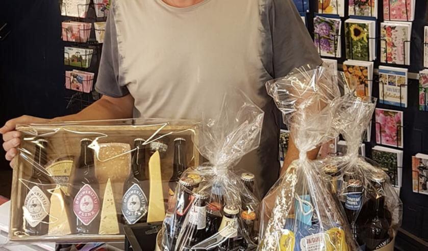 Egbert Schoonhoven van de hobby- en kaartenkraam.