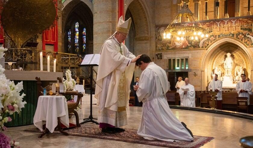 Diaken tot priester gewijd.