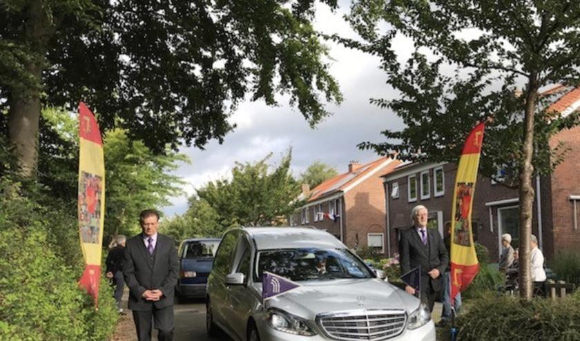 Theo Molenaar rijdt voor laatste keer zijn Butterlaan uit.