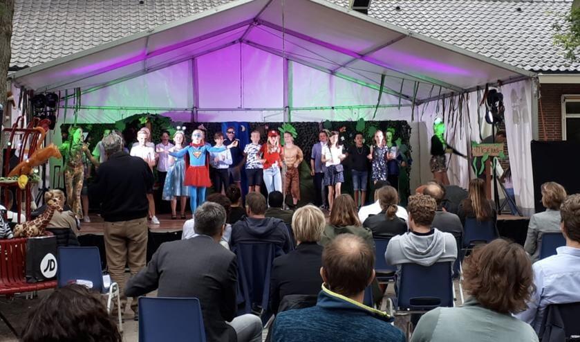 Radboudschool geeft hun eindmusical op het schoolplein