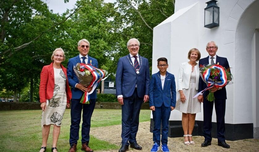 Links van burgemeester Romeyn de heer van der Starre met zijn vrouw, rechts van hem kinderburgemeester Jayden en daarnaast mevrouw en mijnheer Tros.