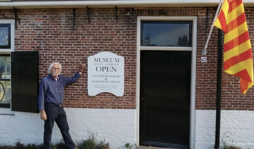 Bezoekers weten het Slotkwartier weer te vinden. Jan van Trigt staat ervoor.