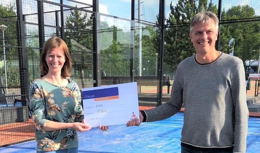 Ton Verberne neemt de cheque in ontvangst van Nienke Verweij van Rabobank Alkmaar e.o.