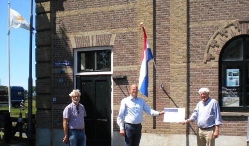 Uitreiking van de cheque door Jan Klaver midden, directeur Rabobank aan John Wissenburg rechts, Voorzitter en Co Bosschaart, secretaris.