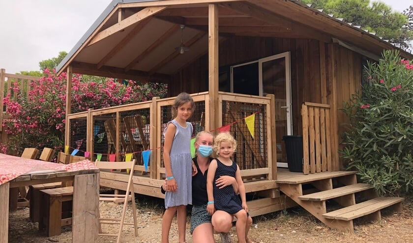 Sara met twee kindjes die op de camping verblijven.
