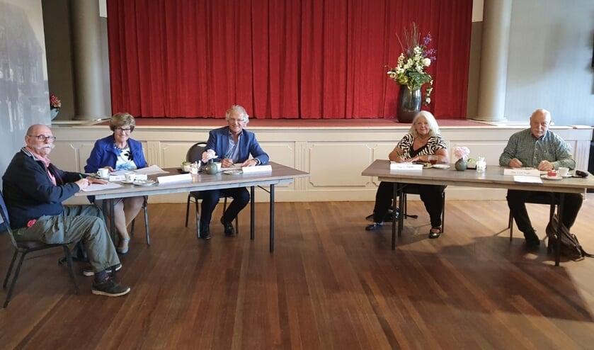 Op de foto v.l.n.r.: Jacques van Zuijlen (voorzitter HVU), Gerda Kuyper-Bruschke (voorzitter Li-Ak en Huurderskoepel), Dick Tromp (directeur-bestuurder Kennemer Wonen), Betty Dijkstra (voorzitter HVW), Kees Krijger (voorzitter SHOE)