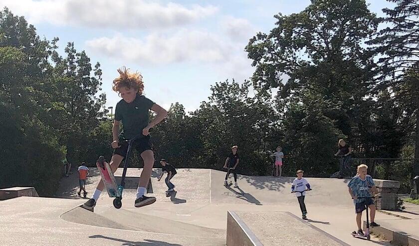 <p>Stuntsteppen is een rage op de skatebaan in Uitgeest.</p>