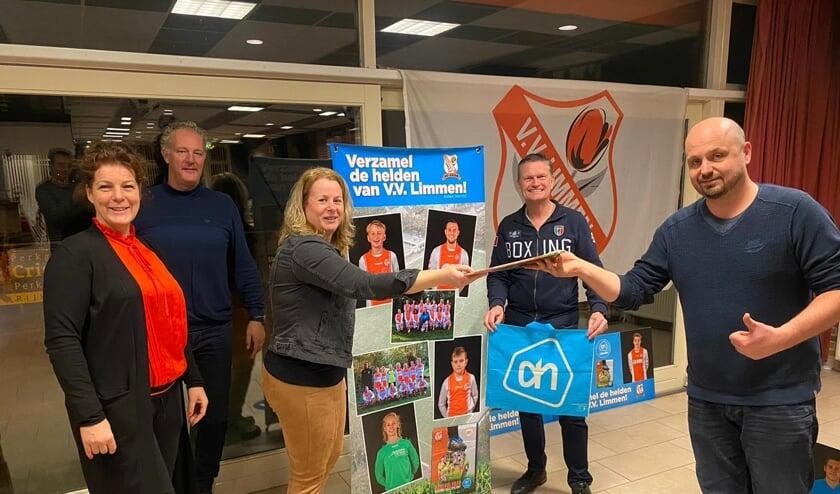 <p>Kees Dekker (rechts) overhandigt het plaatjesboek aan Wendy Glorie-Bonne van de organisatie van de voetbalplaatjesactie.</p>