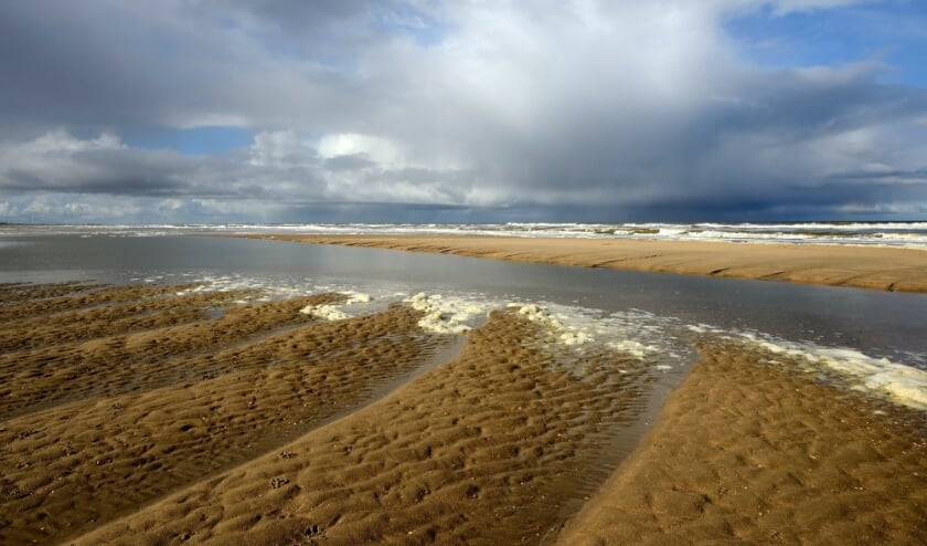 Dreigende wolkenlucht op het strand van Castricum