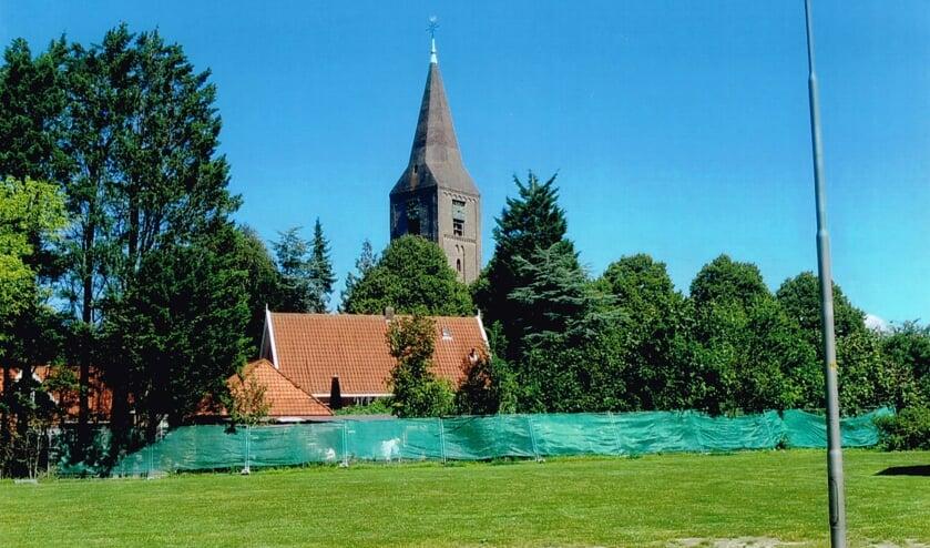 <p>Kerk en huis van Wim Berkhout gezien vanaf de Dokter Brugmanstraat.</p>