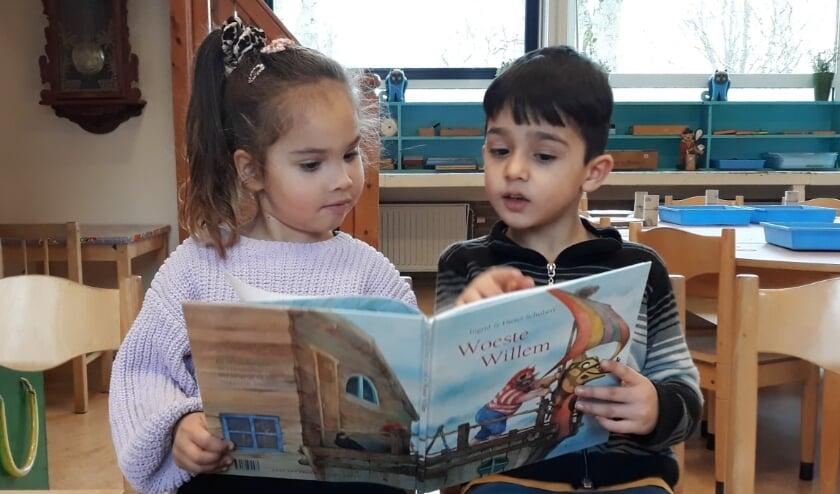 <p>Alvast lekker lezen in het boek van Woeste Willem bij de noodopvang op kindcentrum De Duif.</p>