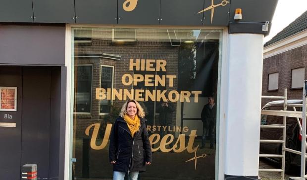 Esther de Vaal staat te trappelen om te beginnen in haar kapsalon aan de Middelweg in Uitgeest.