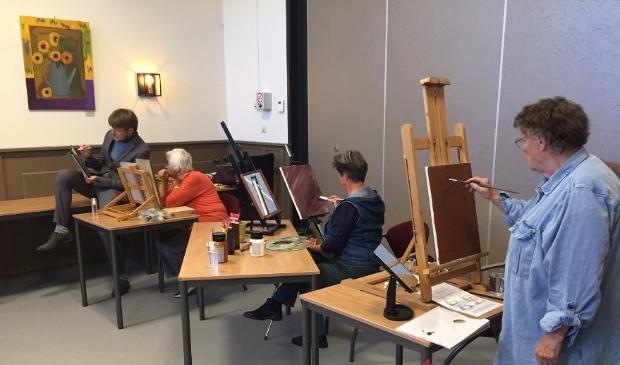 <p>Opperste concentratie tijdens de workshop van Sebastiaan Groot (linksachter op de foto).</p>