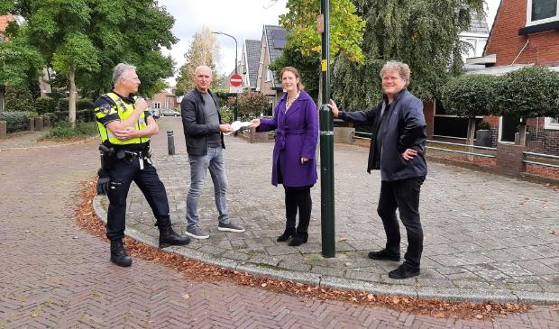 <p>V.l.n.r. wijkagenten Erwin Webbe en Johan de Wildt (met &lsquo;witte voetjes&rsquo;), burgemeester Mascha ten Bruggencate en een buurtbewoner.</p>