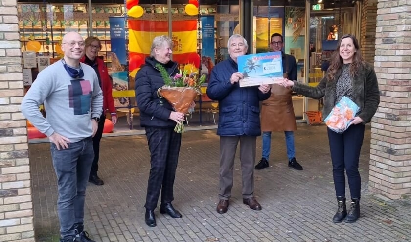 v.l.n.r. Boudewijn Rigter (Primera Geesterduin), Marlies Winder (Pets Place), mevrouw en meneer Dijkstra, Bas Verkaart (Gall&Gall) en Brenda de Moor (D-reizen).