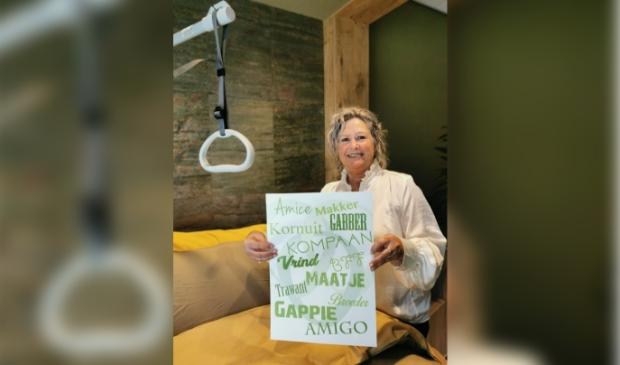 <p>Jessica Zwart, initiatiefnemer van Hospice Egmond, toont de nieuwe poster om meer Vrienden te werven.</p>