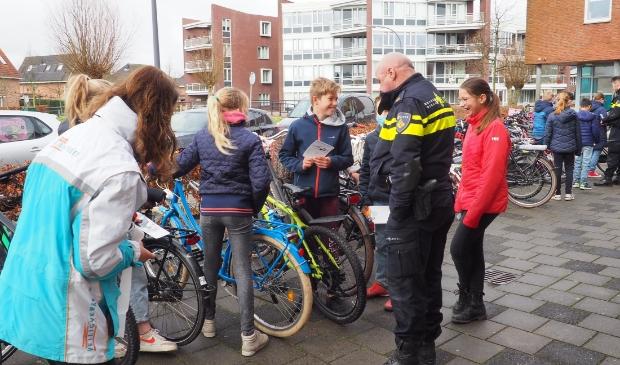 In samenwerking met VVN voeren de wijkagenten van Uitgeest fietscontroles uit bij basisschool Kornak.