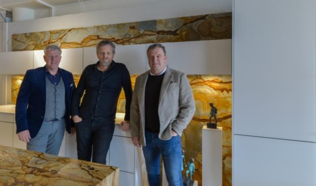 Rob, Sander en Marcel bij een van de fraaie keukens die te bezichtigen is in een van de showrooms.