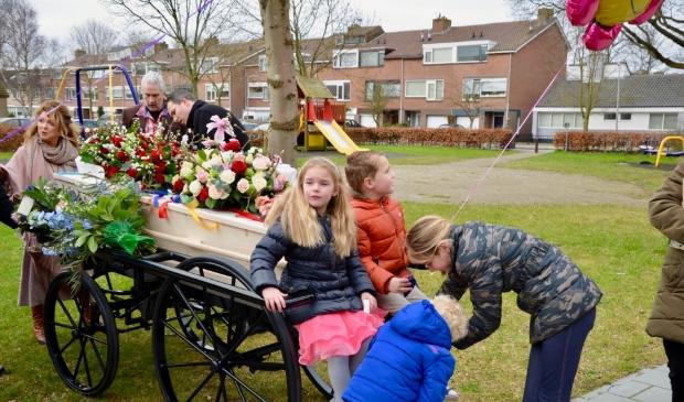 <p>Gijsje (l) tijdens een bijzondere uitvaart in Egmond aan den Hoef met een afscheid in het Slotkapel en de begrafenis op Karmel. </p>