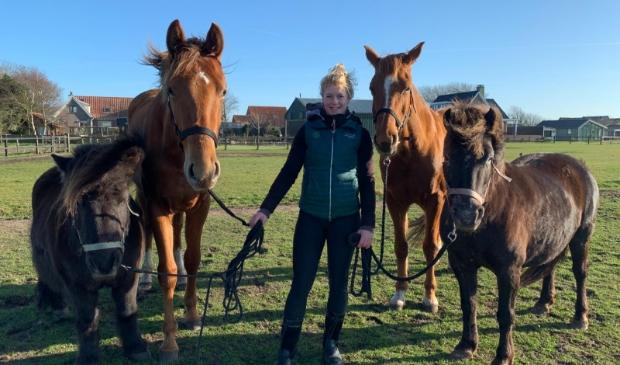 Maud van Velzen met haar paarden.
