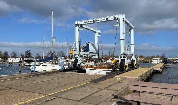 Druk met tewaterlating van boten bij Jachthaven Zwaansmeerpolder.