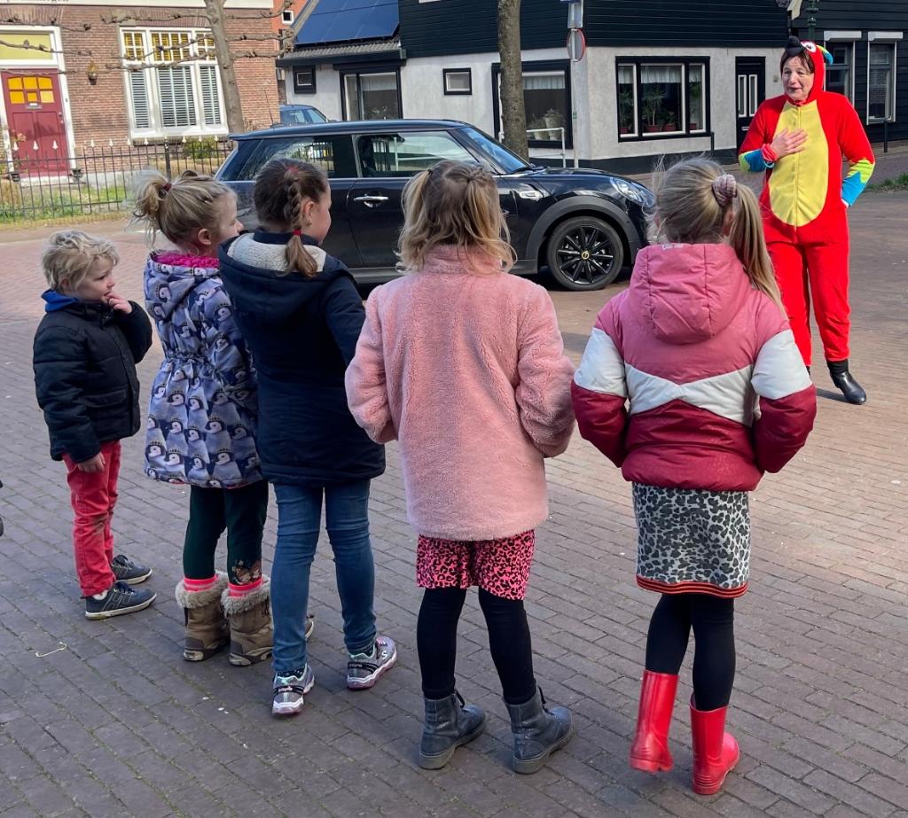 'Vos' Pauline geeft de kinderen een leuke dansopdracht. Foto: Anita Webbe © Uitkijkpost Media Bv.