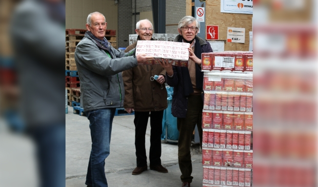 <p>Symbolische overdracht van de koffie door de president van de Lionsclub Alkmaar Phoenix (links) aan de voorzitter van de Voedselbank Alkmaar.</p>