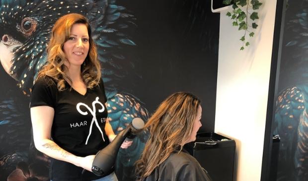 <p>Sonja Haazelager aan het werk op haar prachtige Haar Etage.</p>