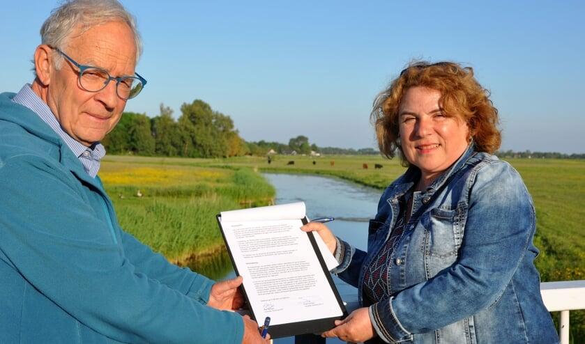 <p>De handtekeningen werden gezet door voorzitter Rita Springer van Kist en Oer-IJ secretaris Jos Teeuwisse </p>
