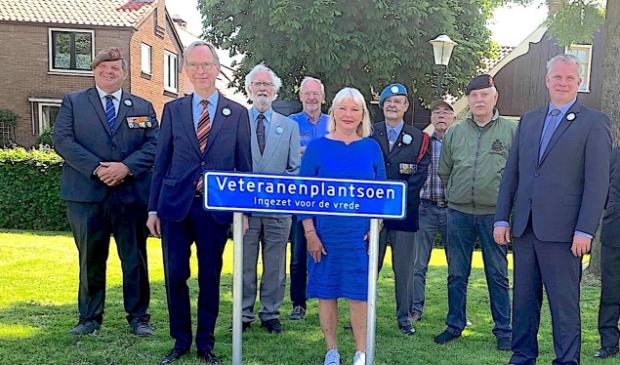 Dannij van der Sluijs, initiatiefnemer van het Veteranenplantsoen (links op de foto).