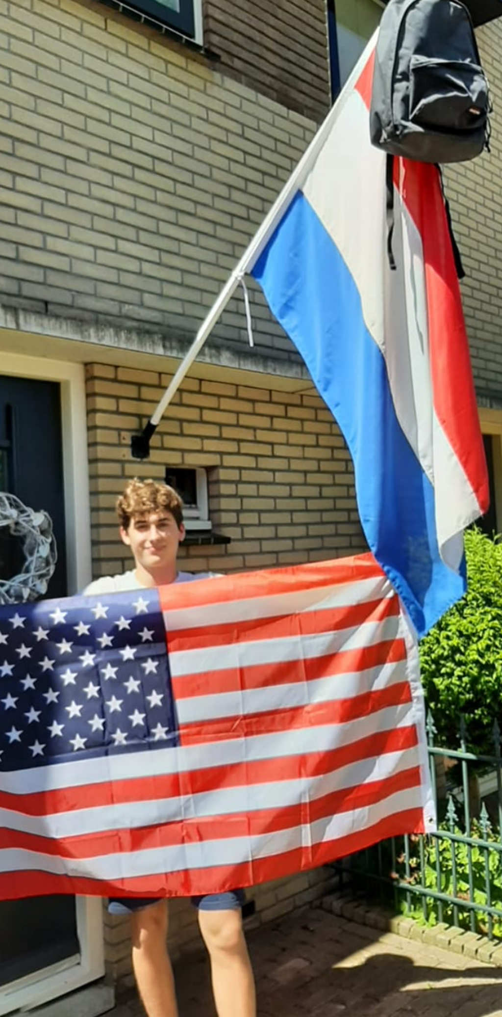 Onze Uitkijkpostbezorger Milan van Genne is geslaagd voor zijn tl-diploma Clusius College Castricum. En gaat nu voor 10 maanden naar Amerika, high school.  © Uitkijkpost Media B.v.