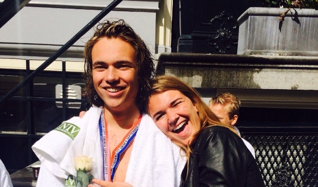 <p>Cas Houben en zijn zus Sam Houben na Amsterdam City Swim 2016</p>