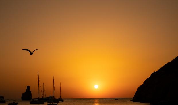 <p>Luc Baltus is op vakantie naar Ibiza geweest: &quot;We waren op de een na laatste dag naar de badplaats &quot;cala Benirr&aacute;s&quot; in het noorden van Ibiza. Super mooi hier. Er waren heel veel mensen om de zonsondergang te bekijken en ik heb er wat foto&#39;s van gemaakt!&quot;</p>
