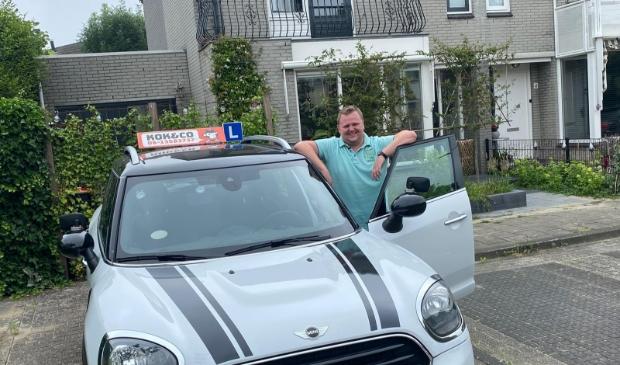 Rij-instructeur Jari Kok zorgt voor uw rijvaardigheid in een Mini-Countryman.
