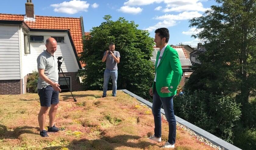<p>Groene reporter Raoul Santibañez op het groene dak van Roger Jochems uit Sint-Pancras.</p>