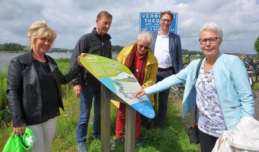 V.l.n.r.: Klazien Hartog, lid van het dagelijks bestuur bij Hoogheemraadschap Hollands  Noorderkwartier, voorzitter van de Stichting Oer-IJ Evert Vermeer, routemaakster Lia Vriend,   dijkgraaf bij Hoogheemraadschap Rijnland Rogier van der Sande en Bea de Buisonjé, lid van  het dagelijks bestuur bij Waterschap Amstel, Gooi en Vecht.