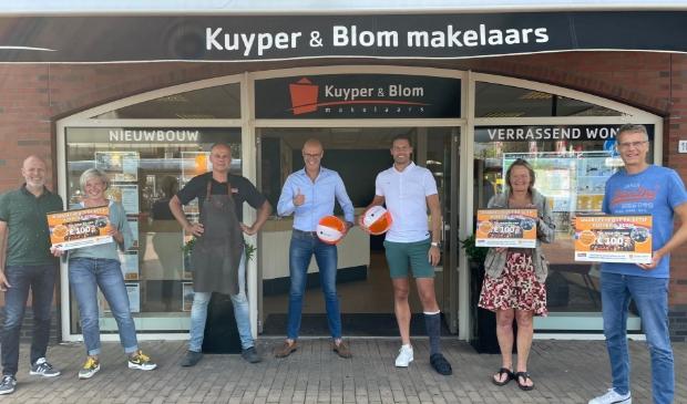 <p>Kuyper & Blom makelaars verrast Heiloo&euml;rs met BBQ cheques</p>