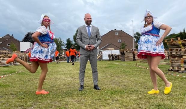 <p>Burgemeester Sebastiaan Nieuwland vergezeld door 'oerhollandse' dames Sabina Beentjes en Loes Cornelisse tijdens de opening van Huttenweek 2021.</p>