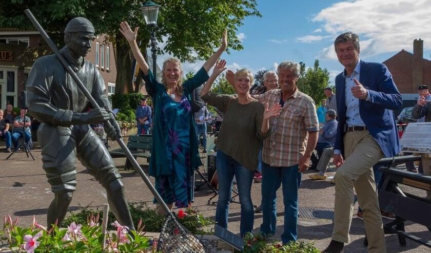 v.l.n.r: TOON, kunstenares Anja Jonker, conservator Yvonne Pieters en burgemeester Mans