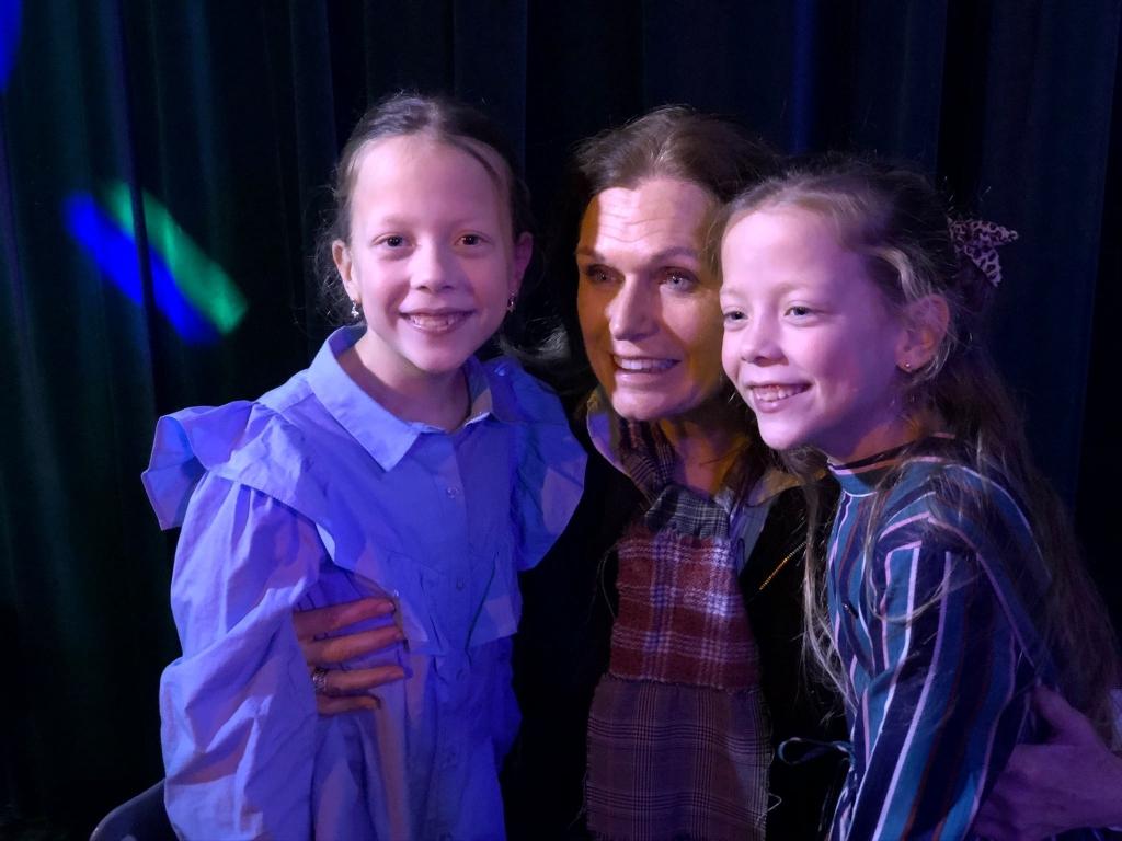 Joy en Danique met Liz Snoyink tijdens het eindfeest van de film.  Foto: aangeleverd © Uitkijkpost Media B.v.