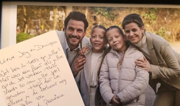 <p>Een briefje van regisseur Antoinette Beumer. Op de foto Joy en Danique met filmouders Stefan Rokebrand en Elise Schaap.</p>