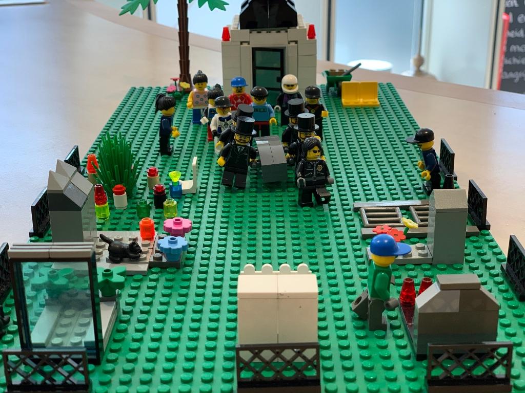 <p>Een begrafenis, verbeeld met Lego</p>  © Let op Woudenberg