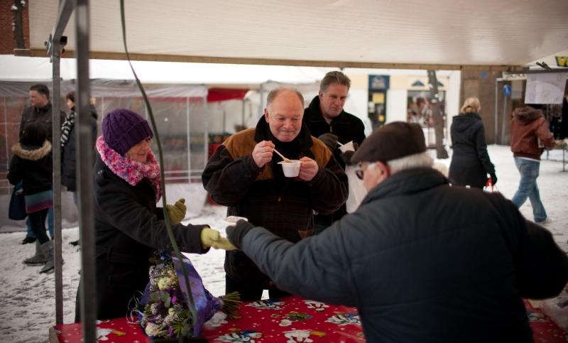 Wie zich door de sneeuw waagde, kon op de markt een kopje snert krijgen  © Enter Media
