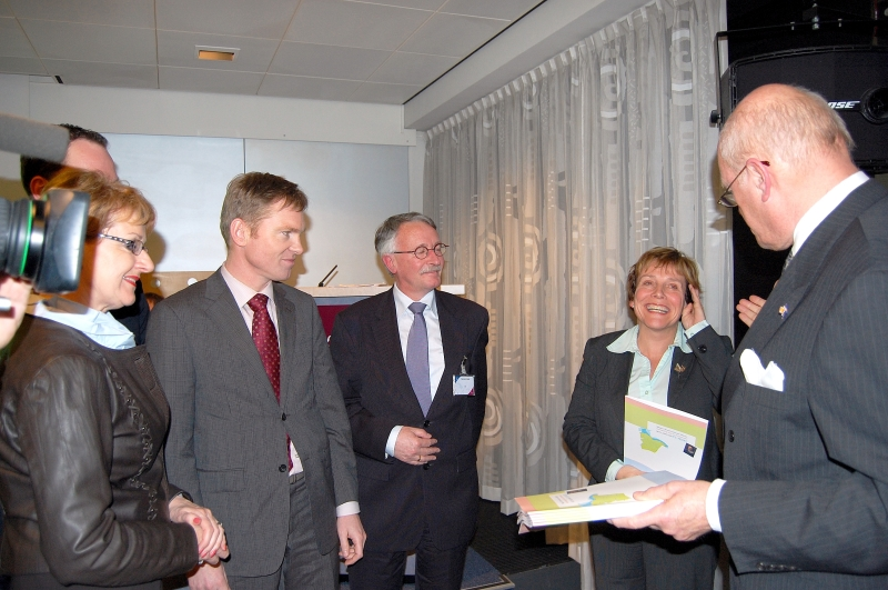 Maart 2009: Muiden, Naarden en Weesp zij-aan-zij naast staatssecretaris Bijleveld tijdens de presentatie van het fusierapport van de Commissie van Wijze mannen. Conclusie van dat rapport: de GV4-variant geeft de beste kans op een solide bestuurlijke toekomst.  © Enter Media