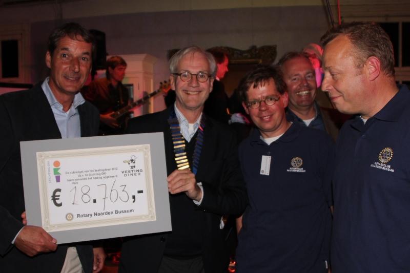 Voorzitter Hans van de Ree van Stichting OKI ontvangt de cheque met de opbrengst van Rotaryvoorzitter Peter Hustinx.  © Enter Media