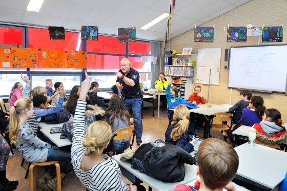 2013: Gerard Zwarts geeft les aan groep 8 op basisschool De Duif