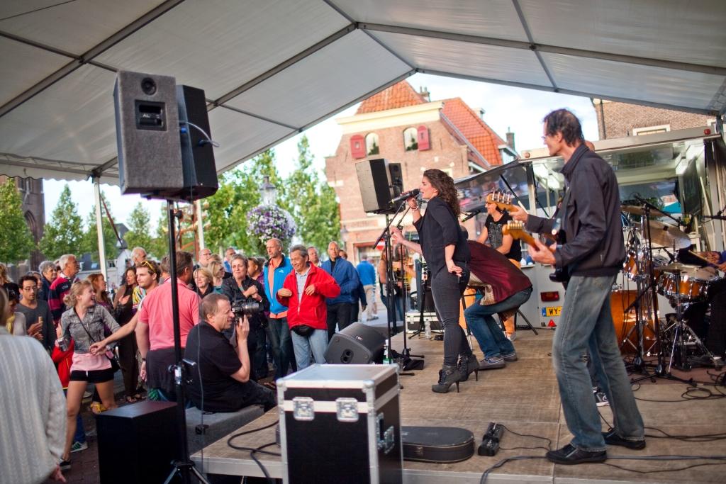 Drukte op zaterdagavond Sluis-en-bruggenfeest  © Enter Media