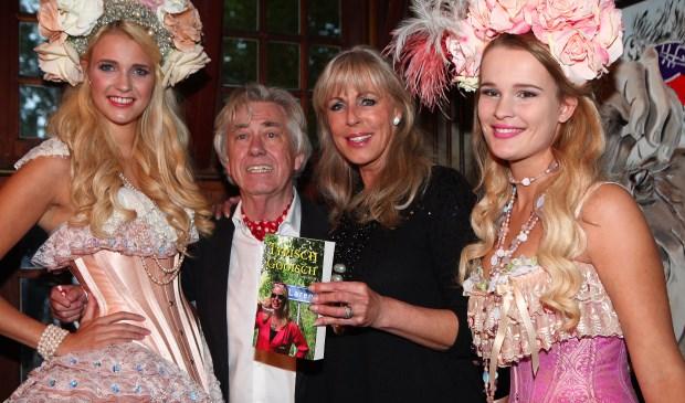 Auteur Hans Slim en Marga Bult tussen typische 'Larense Paradijsvogels'.